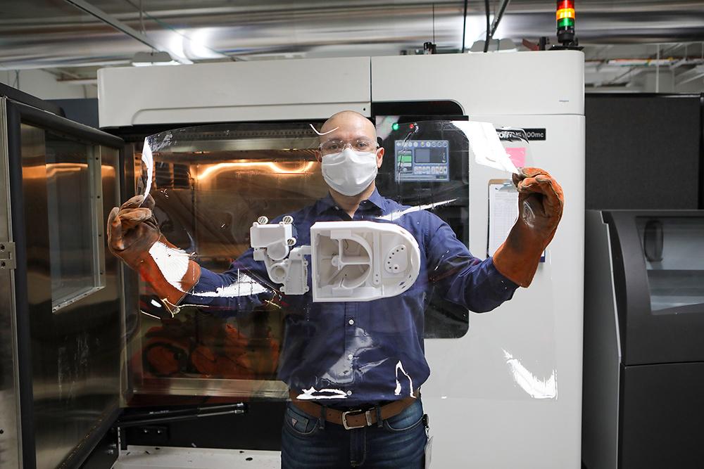 Луис Очоа, менеджер Центра 3D-инноваций W. M. Keck в Техасском университете в инженерном колледже Эль-Пасо, держит готовый Техасский дыхательный аппарат, инновационный, недорогой вентилятор, изготовленный в рамках сотрудничества между центром медицинских наук Техасского технологического университета El Paso и UTEP для решения проблем о возможной нехватке вентиляторов на фоне пандемии COVID-19. Фото: J. R. Hernandez / UTEP Communications